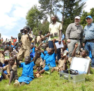 Kinder und Ranger in Ruanda freuen sich über gespendete Ferngläser