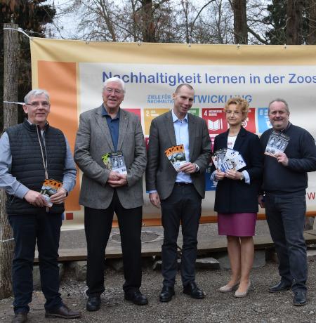 Peter Buchert (DGHT), Sanitätsrat Dr. Helmuth Back, Beigeordneter Alexander Grassmann, Zooschulleiterin Dr. Gudrun Hollstein und Zoodirektor Dr. Jens-Ove Heckel (v.l.n.r.) bei der Vorstellung des Jahresprogramms 2020.